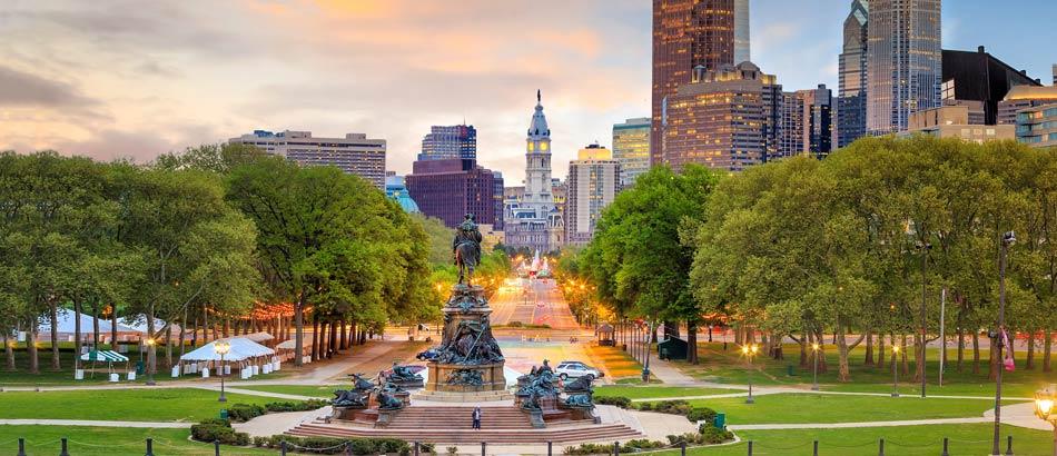 Philadelphias wundervolle Skyline bei Sonnenuntergang