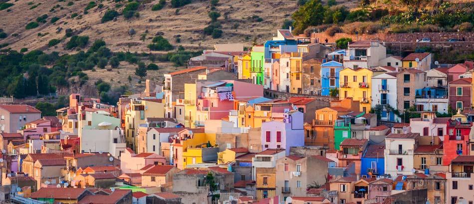 bunte Häuser in der sardischen Stadt Bosa